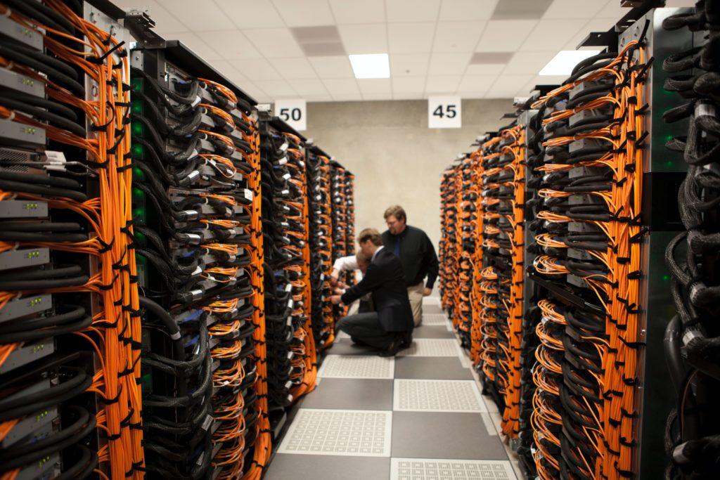 Rechenzentren bzw. Cloud Computing ist in den meisten Fällen nötig, um Edge Computing zu ermöglichen.